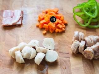 没有烤箱照样做出香浓芝士风味薄底披萨,所有的蔬菜和肉类都切块或切丁,考虑到平底锅温度低于烤箱的缘故,食材尽量切得小一些,更容易熟。  披萨上放置的蔬菜尽量选择水分较少的品种,以免烹煮时析出的水分过多,与芝士融合后变成一滩湿腻腻的糊糊。如果蔬菜本身水分过多,也可以事先在锅内翻炒一下,蒸发去多余的水分。大个头的肉丸,也可以事先汆水成半熟状态备用。