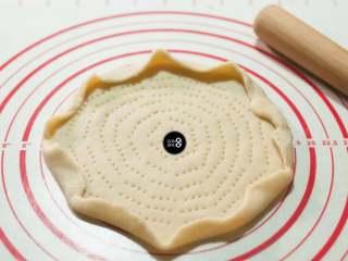 没有烤箱照样做出香浓芝士风味薄底披萨,擀好的饼底,用叉子在上面均匀戳出小孔,便于烘烤时透气。饼边等距离卷起,可以防止堆砌过多馅料时,topping滑落。