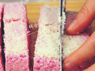 火龙果牛奶小方 宝宝辅食,颜值超高,口感清凉,将碗倒扣,再切成小方块,滚一层椰蓉,就可吃啦。