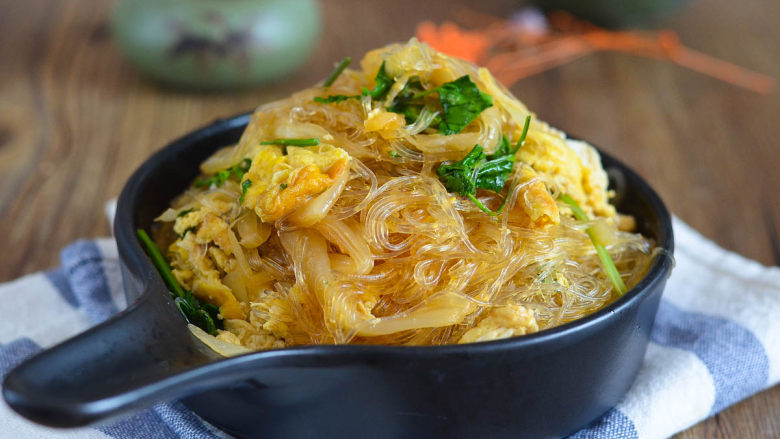 鸡蛋酸菜炒粉丝,酸香开胃特别好吃