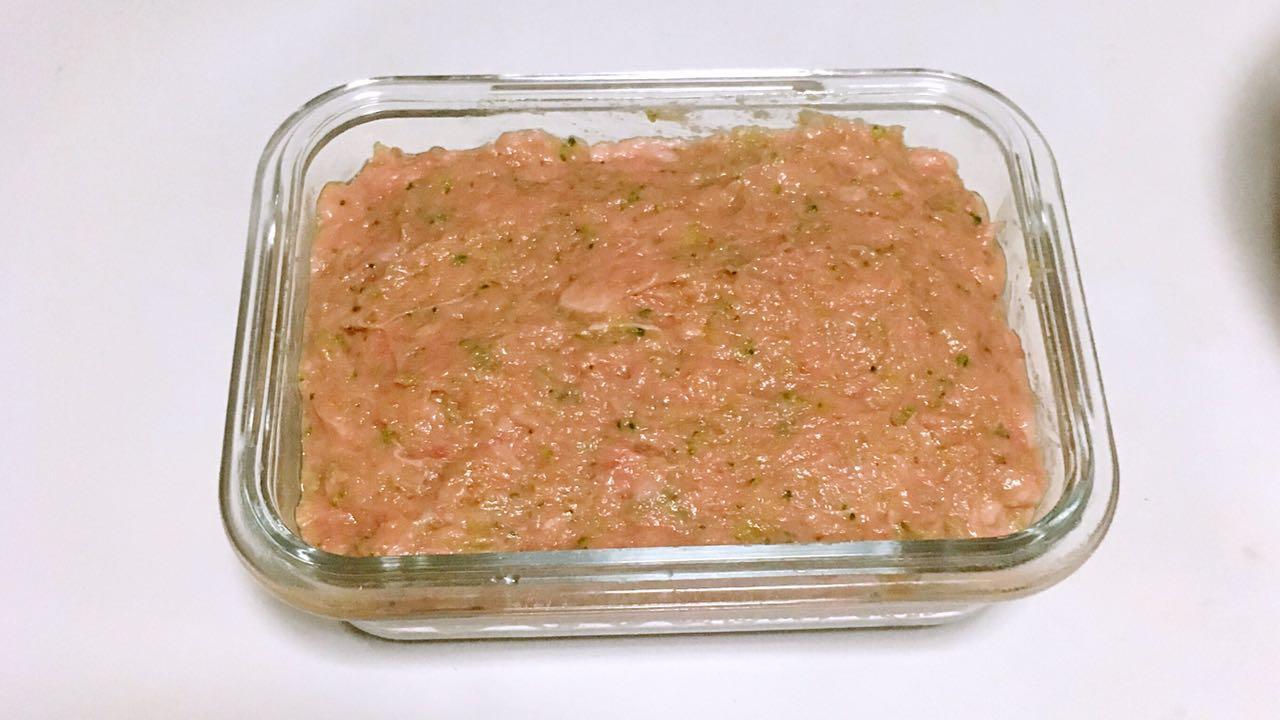 宝宝午餐肉,准备一个容器,底部铺上硅油纸,倒入肉泥抹平表面,倒扣一个盘子。</p> <p>PS:如果没有硅油纸,可以在容器内壁刷一层薄薄的食用油。