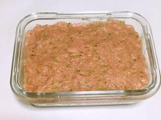 宝宝午餐肉,准备一个容器,底部铺上硅油纸,倒入肉泥抹平表面,倒扣一个盘子。 PS:如果没有硅油纸,可以在容器内壁刷一层薄薄的食用油。