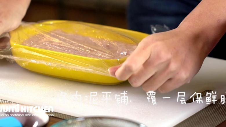 宝宝版午餐肉,肉泥平铺在碗里压实,盖上保鲜膜