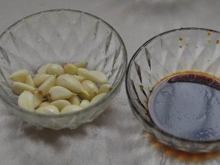 蒜蓉胡萝卜土豆丝,很好吃的素菜,准备大蒜,生抽醋汁。
