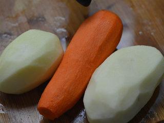 蒜蓉胡萝卜土豆丝,很好吃的素菜,洗干净,削掉外皮。