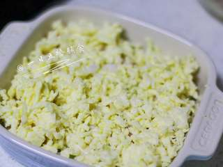 小狗烤鲜蔬焗土豆泥 宝宝辅食,牛奶+玉米+毛豆+番茄+马苏里拉奶酪,铺上厚厚的马苏里拉奶酪片。放入预热好的烤箱中层,180度20分钟。