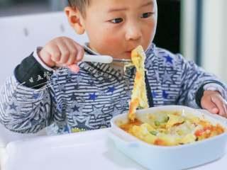 小狗烤鲜蔬焗土豆泥 宝宝辅食,牛奶+玉米+毛豆+番茄+马苏里拉奶酪,放一张小柚子吃饭。土豆含淀粉可以替代一点主食,用这一碗当做独立的一餐都是可以的。芝士有自身的香气,这样的焗蔬菜柚子奶奶一样很喜欢。