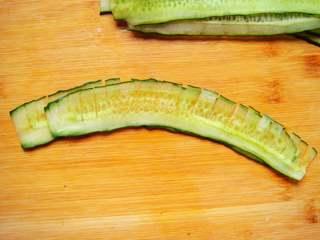 黄瓜花朵拼盘,两片稍微交错摆放。
