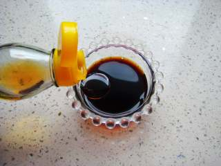 黄瓜花朵拼盘,小碗里放入盐,倒入生抽、香醋,香油,辣椒油(不喜辣可忽略不放)