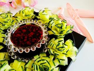 黄瓜花朵拼盘,绽放的花朵沾调味汁即可食用。