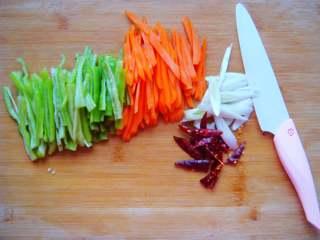 青椒炒肉丁,青椒、葱,分别切丝(喜欢辣的可放少许辣椒,不喜可忽略不放)