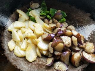 地三鲜--家常少油版,倒入茄子、青椒、土豆。