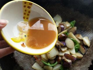 地三鲜--家常少油版,把水淀粉搅匀倒入锅中。