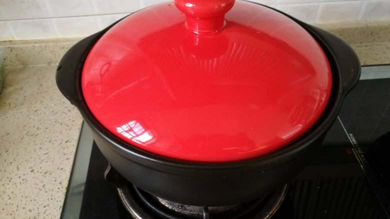 酸甜圣女果牛霖粒,请出我的干烧急冷不破的坤博砂锅,小火将锅身烧热.