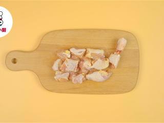 非油炸烤箱纸包鸡,红葱头8个,切掉两头,去皮切块,鸡全腿1个,切块装碗