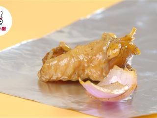 非油炸烤箱纸包鸡,将鸡块、红葱头、蒜片放在锡纸上