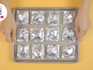 非油炸烤箱纸包鸡,使锡纸完全包裹住食材,放入烤盘中
