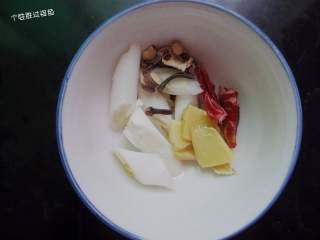 红烧大骨头,准备姜片葱段 辣椒等香料