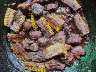 红烧大骨头,火收汁,汤汁收浓后即可出锅。我用的是铁锅炖的所以出来的菜有点黑黑的