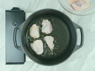 奶油炖菜, 3块去骨鸡腿肉切成适口大小,撒少许黑胡椒碎、淋白葡萄酒、加生粉抓匀,腌渍15分钟,然后橄榄油热锅,下鸡肉煎至两面微黄,盛出;