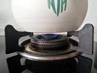 茶树菇排骨汤,中小火煮