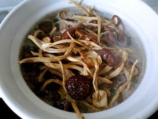 茶树菇排骨汤,放入砂锅