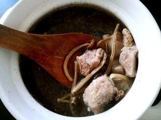 茶树菇排骨汤,加入适量盐,鲜美的茶树菇排骨汤出锅了