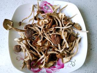 茶树菇排骨汤,将茶树菇剪去菇脚,清洗干净