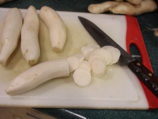 日式腌萝卜, 制作第一种日式腌萝卜,将萝卜去皮,切成薄片。
