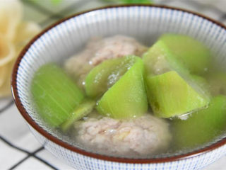 肉圆丝瓜汤有荤有素营养丰富,简单易做还味道鲜美,太好喝了!