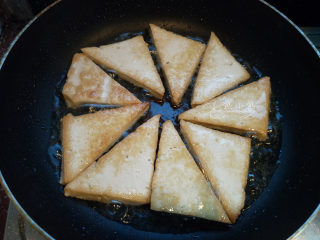家常豆腐--挑逗你的味蕾,平锅烧热,倒油,油量别平常炒菜略多一些就可以了,因为豆腐也不吸油。将豆腐煎至两面金黄即可出锅。