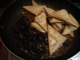 家常豆腐--挑逗你的味蕾,放入豆腐和木耳,稍微煮一下入味。