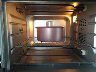 桔子汁戚风蛋糕,放入预热好的烤箱中下层,上下火160度,烘烤35分钟