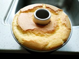 桔子汁戚风蛋糕,上色均匀后即可出炉倒扣冷却
