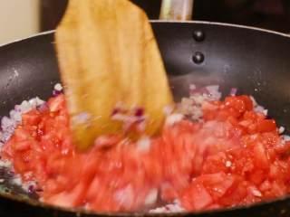 茄汁意面,葱蒜炒香下入番茄丁
