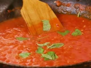茄汁意面,下入罗勒叶
