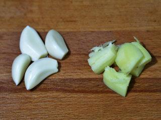 双菇炒肉片,蒜头去掉包衣,生姜用刀背拍碎,备用