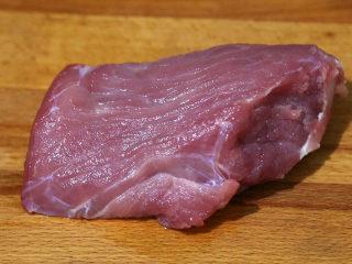 双菇炒肉片,猪肉洗净