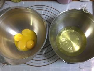大理石戚风蛋糕,用两个干净的打蛋盆将鸡蛋分离出来,蛋清可以放冰箱冷藏备用