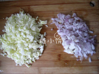 章鱼小丸子,包菜和洋葱切丁备用~
