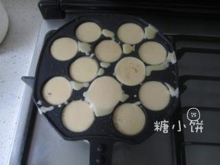 章鱼小丸子,预热丸子锅。锅内刷一点点底油。倒入面糊