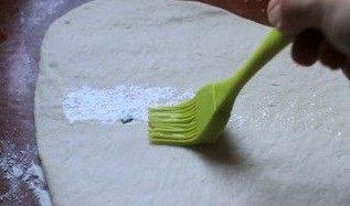 葱花卷,面团排气后又回缩到原先的大小,用擀面杖擀成大片,抹上油