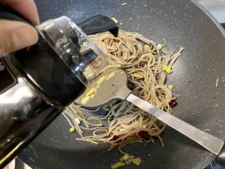 韭菜豆芽炒粉丝➕韭菜豆芽鸡蛋炒粉条,加入半汤匙生抽,翻炒均匀