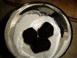 巧克力雪球,将搓好的球放进糖粉中滚一下,均匀沾上糖粉