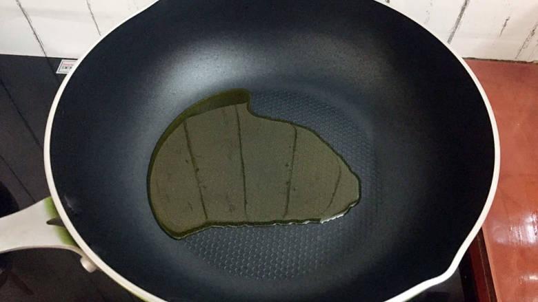 杂炒时蔬,锅中倒入适量的食用油烧热