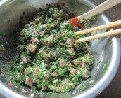 荤素槐花饺子,另一半韭菜和猪肉馅放在一起,顺同一方向搅拌均匀