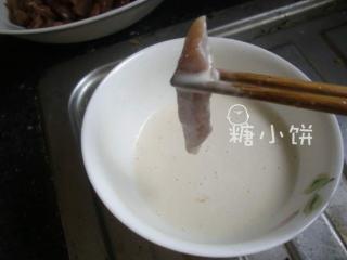 糖醋里脊,预热油锅,腌制好的里脊肉条蘸面糊