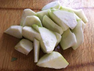 丝瓜花蛤汤,主要食材如图所示示意,丝瓜洗净去皮,滚刀切块。