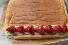 草莓奶油蛋糕卷卷,放上草莓