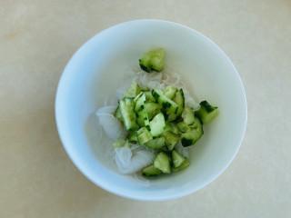凉拌粉丝黄瓜,将魔芋粉丝和黄瓜放入碗中